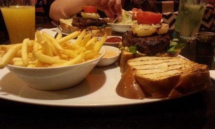 המבורגר ציפס וסלט