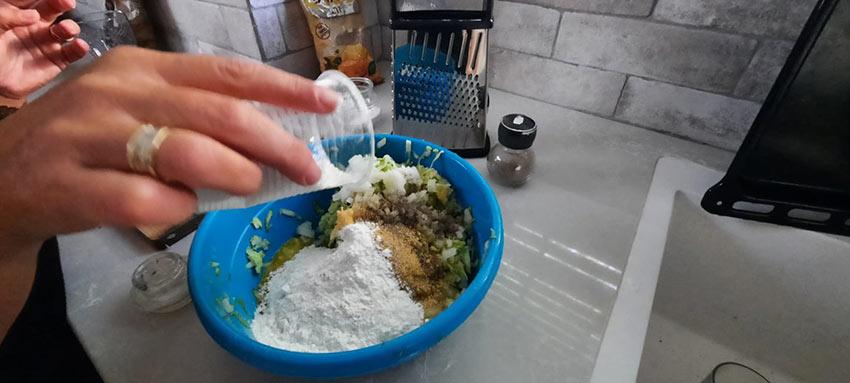 הוספת קמח לתערובת קציצות קישואים